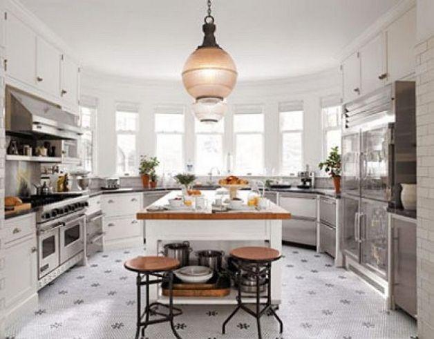 Кухня в эркере в светлом дизайне