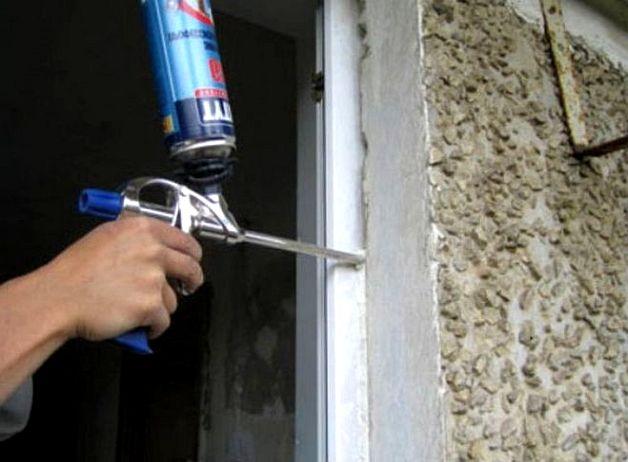 Заделываем щели двери балкона