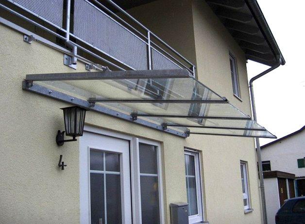 Козырек из стекла на балконе