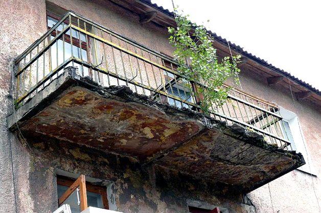 Балкон требующий ремонта
