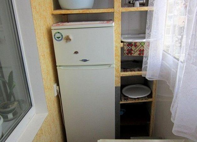 Холодильник на застекленном балконе