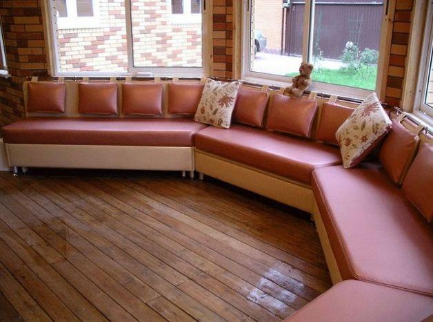 Красный диван для эркера