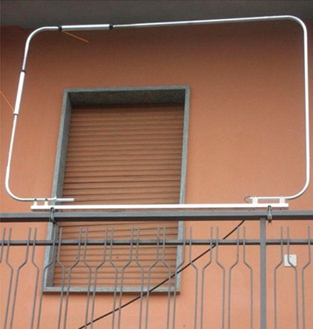 Простейшее крепление антенны на балконе.