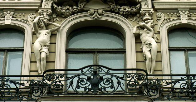 Кованый удлиненный балкон